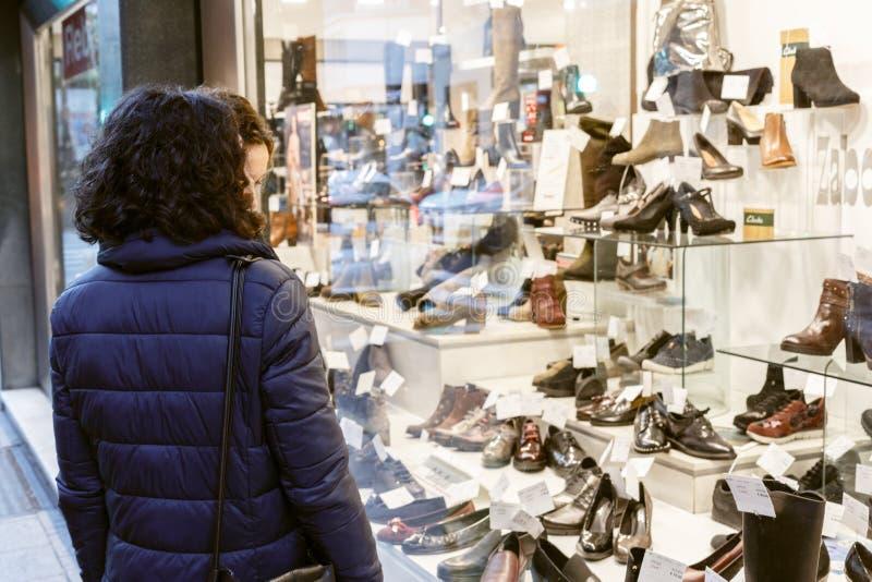 看鞋店的销售的妇女 库存图片