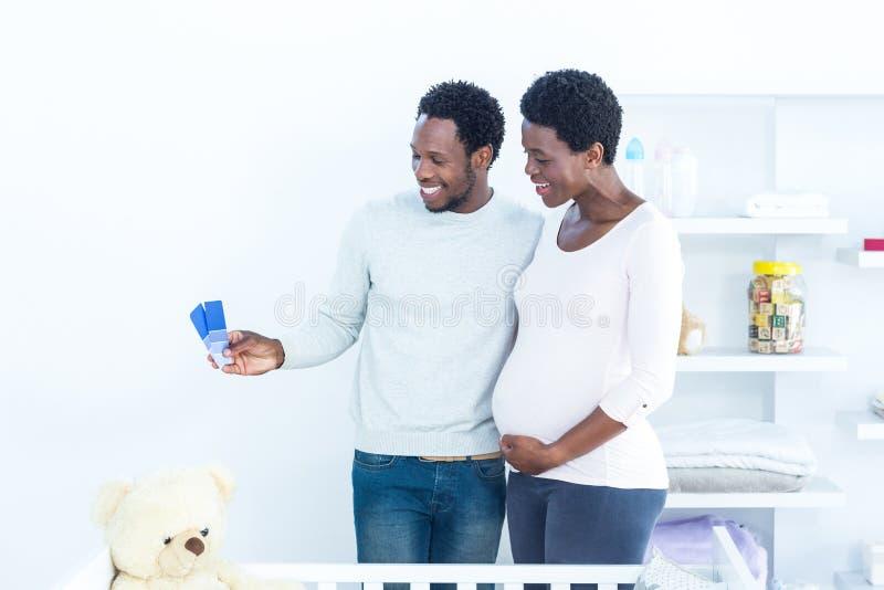看颜色样片的夫妇,当站立时 免版税库存照片