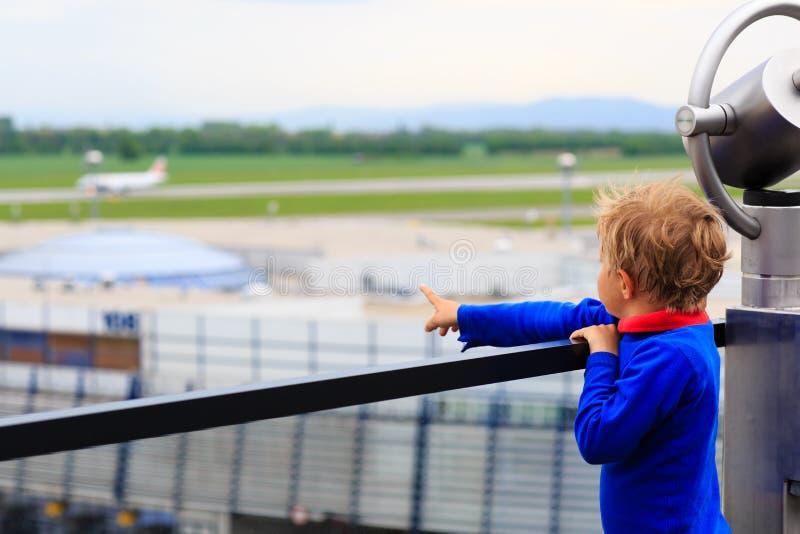 看飞机的小男孩在机场 免版税图库摄影