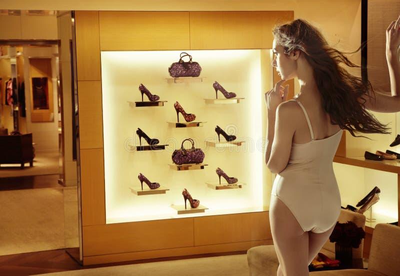 看高脚跟鞋子的时尚妇女 图库摄影