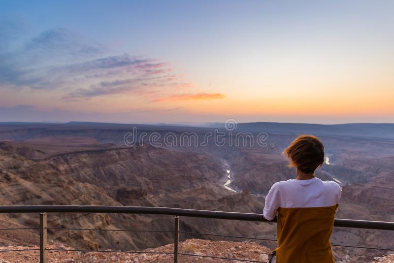 看鱼河峡谷,风景旅行目的地的游人在南纳米比亚 超从上面广角看法, colorfu 图库摄影