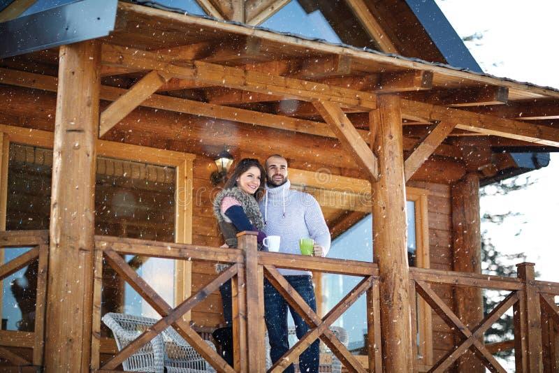 看从大阳台的年轻夫妇距离 库存照片