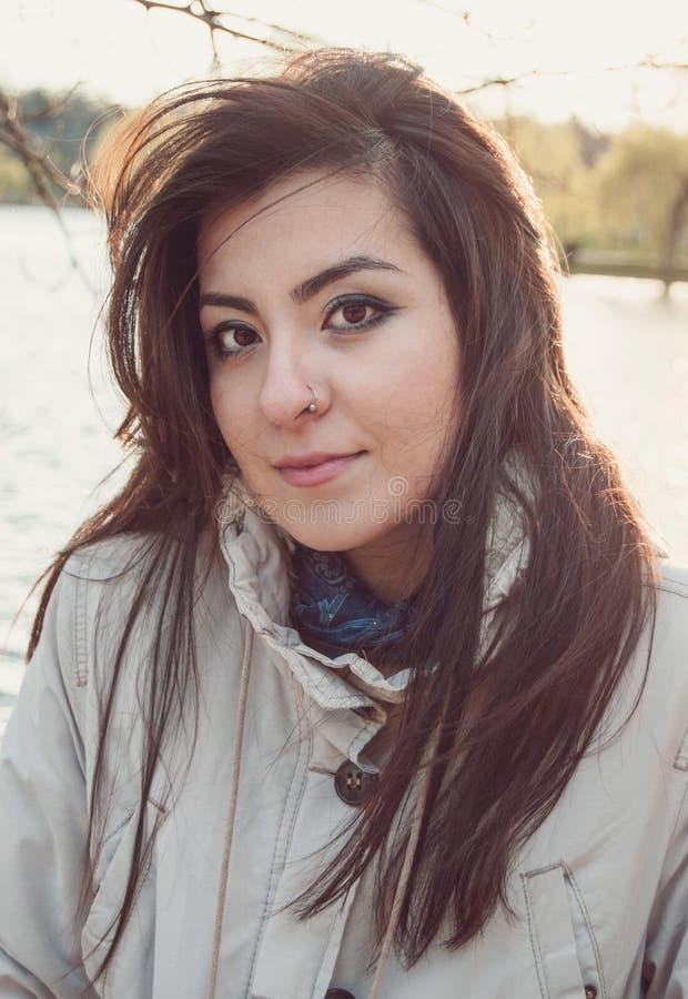 看直接入照相机的年轻美丽的土耳其女孩 库存图片