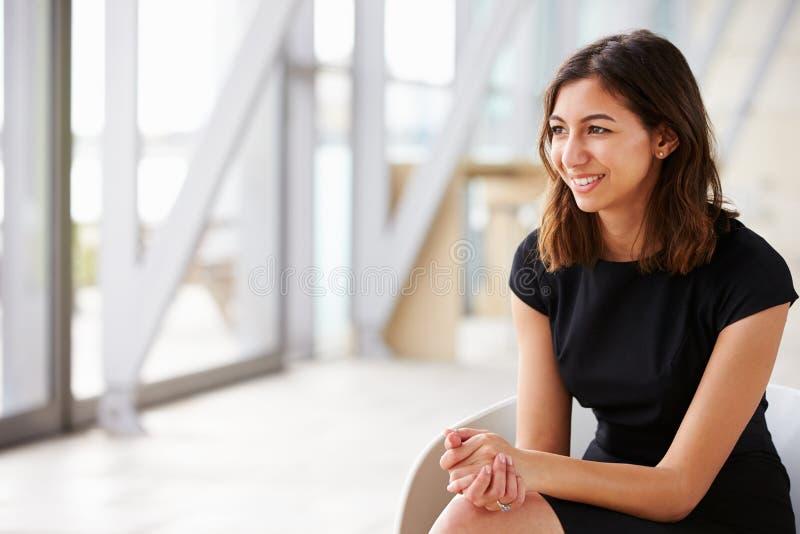 看年轻混合的族种亚裔的女实业家  免版税库存图片