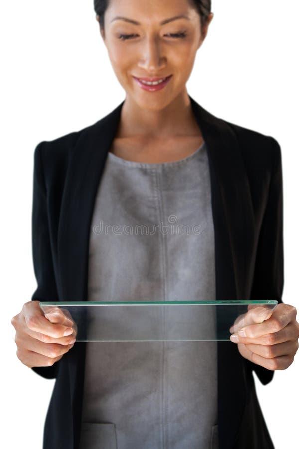 看玻璃接口的微笑的女实业家 库存图片