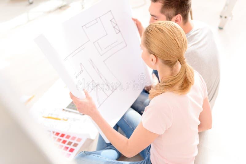 看他的房子的计划年轻夫妇 免版税库存图片