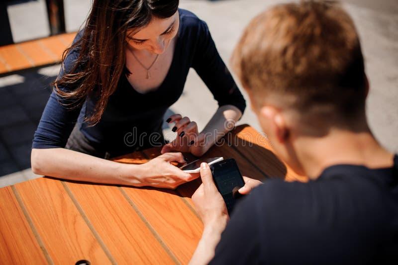 看他们的智能手机的夫妇 图库摄影