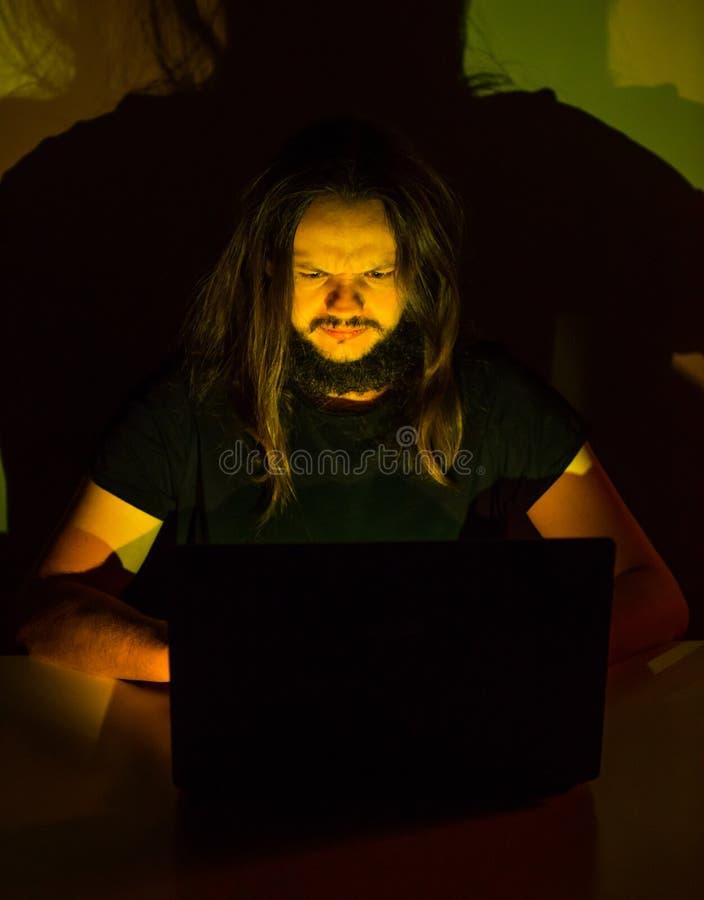 看他的计算机浏览通过互联网的乏味用户 库存图片
