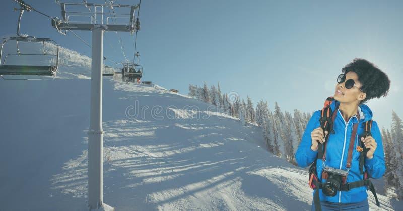 看滑雪电缆车的远足者,当站立在积雪的山时 库存照片