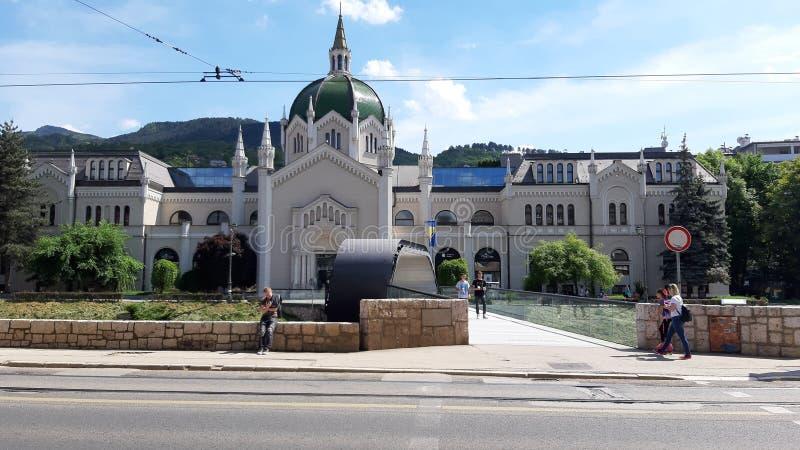看5he艺术前犹太教堂和现在才干的大厦在萨拉热窝  库存图片