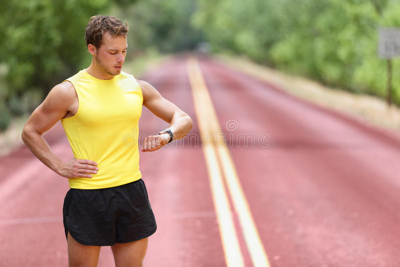 看smartwatch心率显示器的赛跑者 免版税库存照片