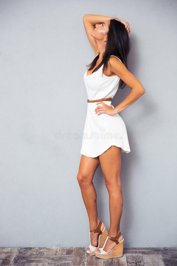看u的时尚白色礼服的妇女 免版税库存图片