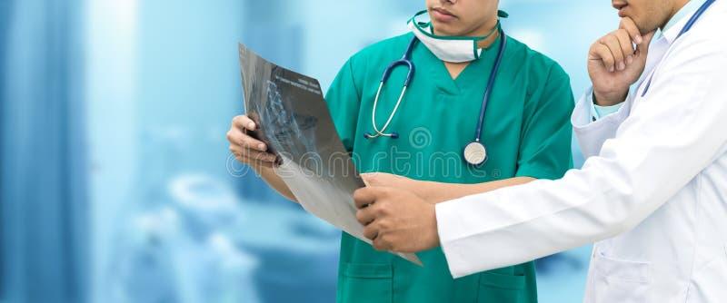看X光片的医生和外科医生 库存照片