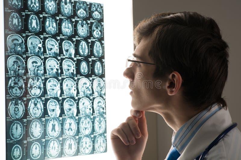看X-射线图象的男性医生 库存图片