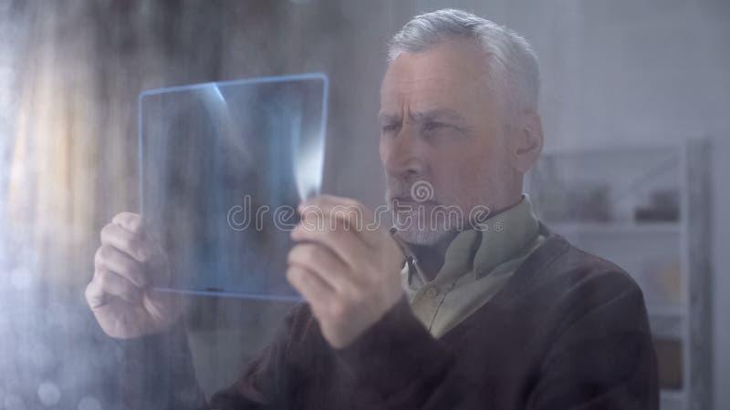 看X-射线图象,想法的坏诊断,病症消沉的沉思老人 库存图片