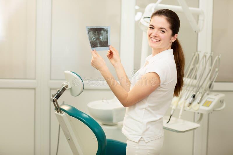 看X-射线的女性医生或牙医 医疗保健,医疗和放射学概念 免版税库存图片