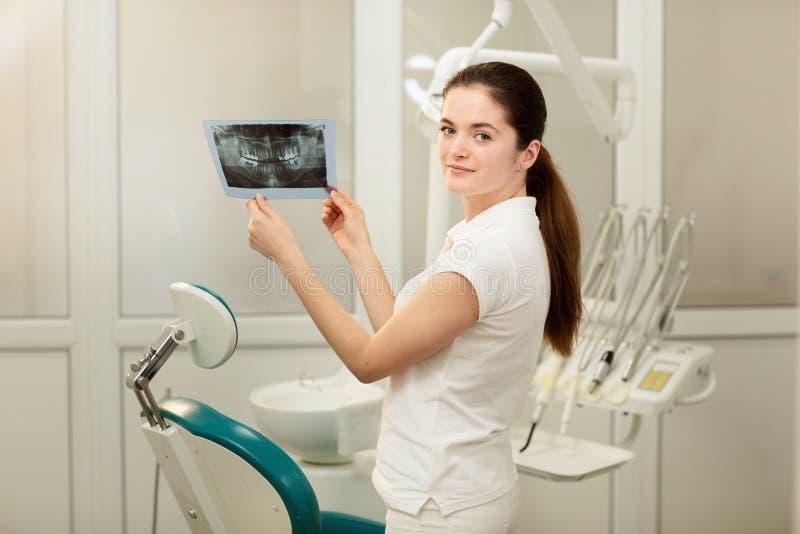 看X-射线的女性医生或牙医 医疗保健,医疗和放射学概念 免版税库存照片