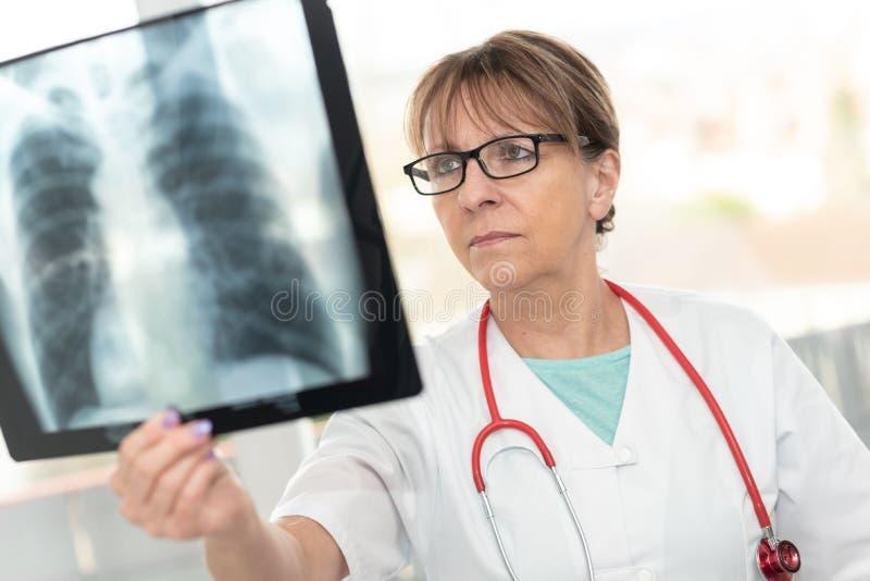 看X-射线的女性医生 库存图片