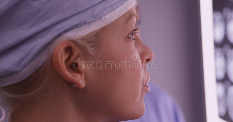 看X-射线的妇女外科医生特写镜头 图库摄影