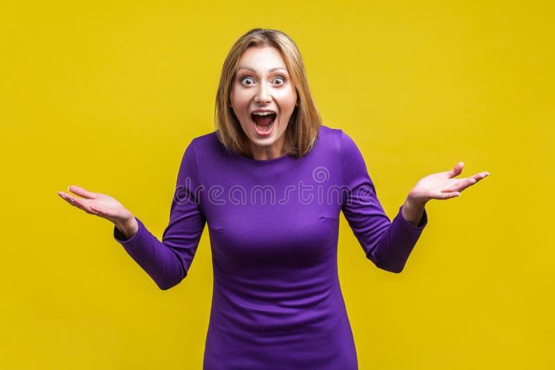 真不可思议!张着大嘴大眼的正面惊艳女子画像 突显在黄色背景中 免版税库存图片
