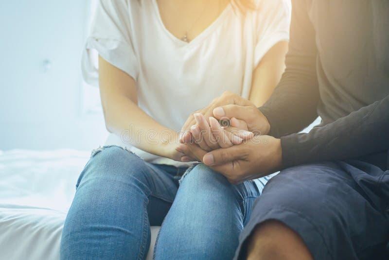 真实的友谊概念,握手的亚裔夫妇恋人在失望或生活问题时候一起鼓励 库存图片