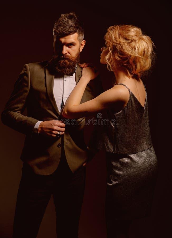 真实的爱是无私的 男人和妇女夫妇在情人节约会 耦合爱 日愉快的华伦泰 有胡子的人 库存图片