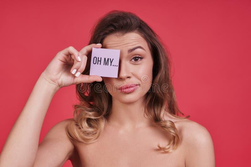 真正地?盖眼睛的乏味少妇用小海报和 免版税库存照片
