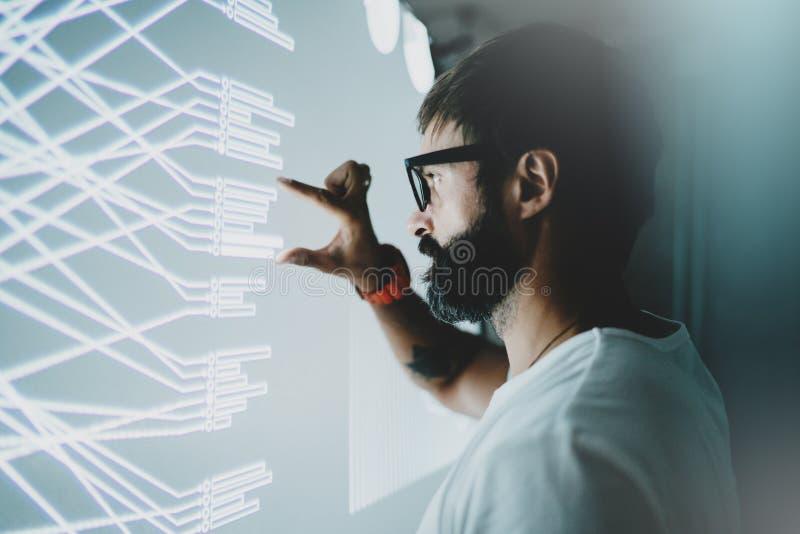 真正显示器,图的概念,数字式图表连接 可爱的与图表的工友感人的真正盘区 免版税库存图片