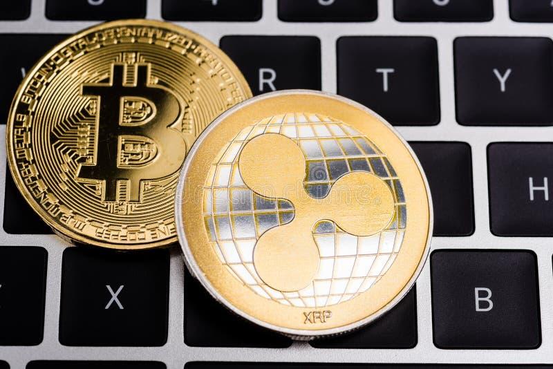 真正波纹XRP和Bitcoin硬币货币提供经费给金钱 库存图片
