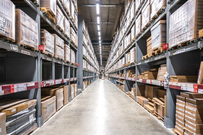 真正焦炭背景在大货物仓库架子的  免版税库存图片