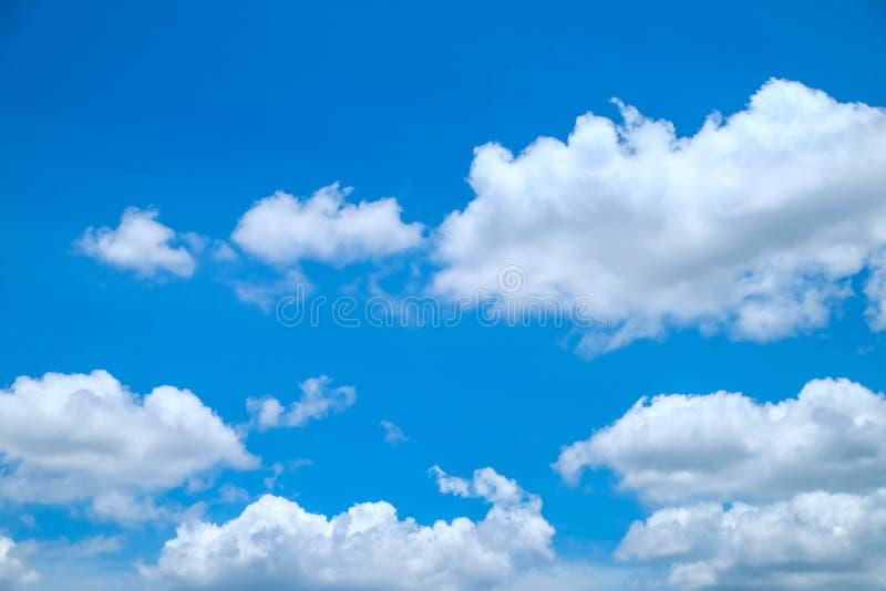 真正的云彩和明白明亮的天空 免版税库存图片