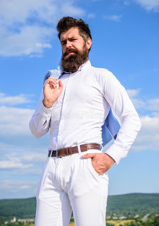 真正的人样式 人享受顶面成就 人有胡子的行家正式衣裳感觉感到骄傲为他自己天空背景 库存图片