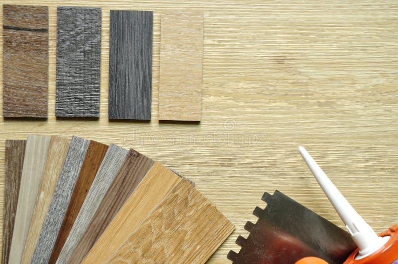 真正的木盘区和被碾压的样品在木背景 col 图库摄影