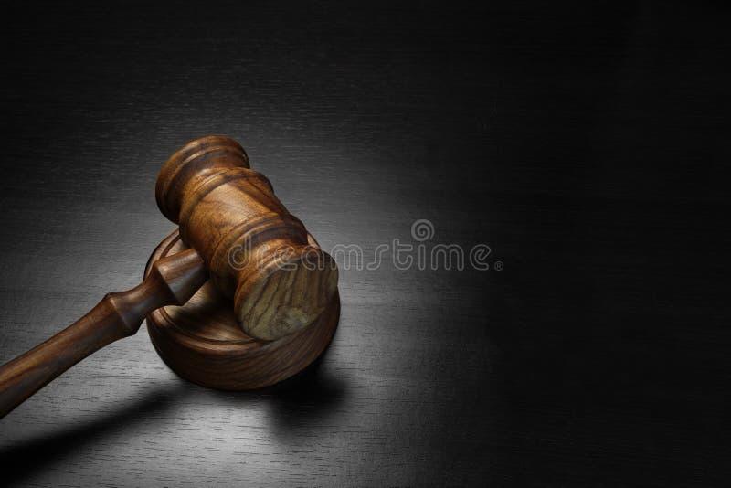 真正的法官或拍卖人惊堂木在黑木表上 库存照片