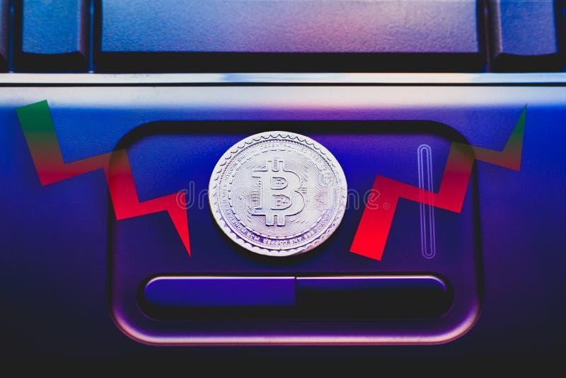 真正金钱硬币bitcoin 红色和绿色证券交易所图 免版税库存照片