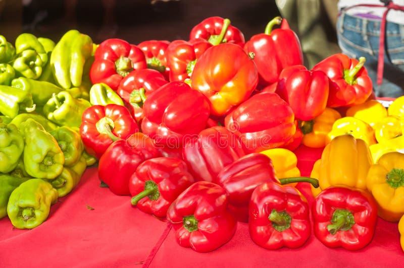 真理新近地采摘,地方 五颜六色的胡椒在显示和待售 免版税库存图片