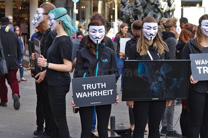 真相抗议小组立方体  免版税图库摄影