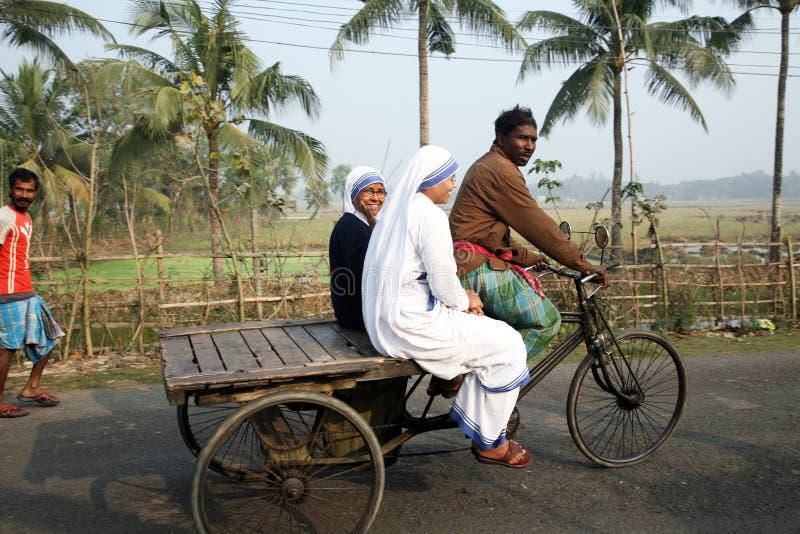 真福加尔各答的德肋撒慈善的传教士的姐妹由人力车参观患者的在苏达班,西孟加拉邦, 库存图片