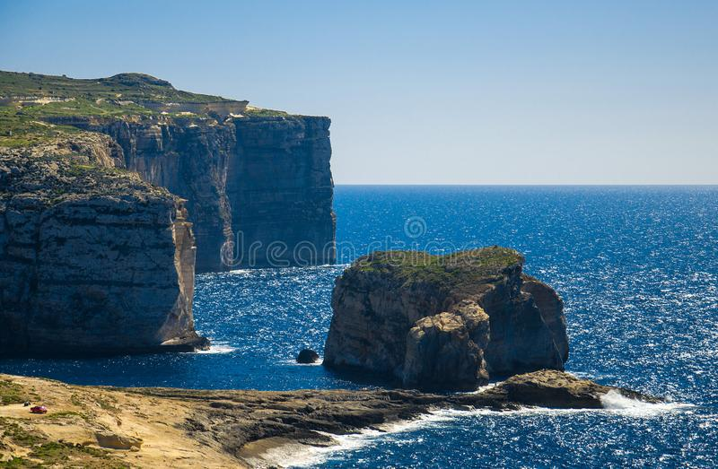 真菌和Gebla岩石峭壁在天蓝色的窗口,戈佐岛海岛,Mal附近 免版税库存照片