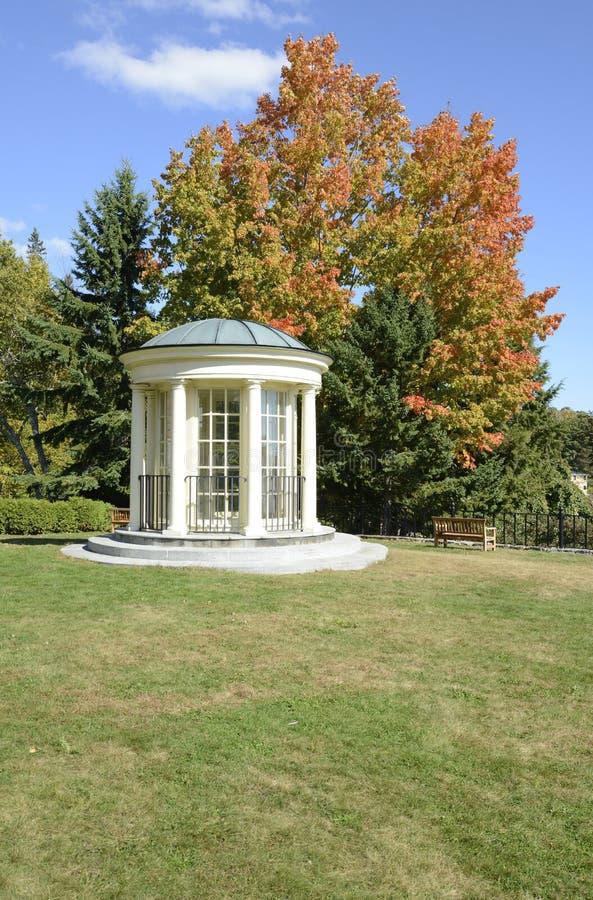 眺望台和公园长椅在秋天 库存照片