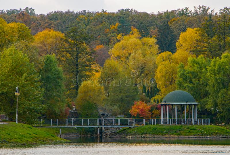 眺望台在秋叶之前包围的公园秋天, 免版税库存图片