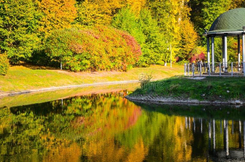 眺望台在秋叶之前包围的公园秋天 库存图片