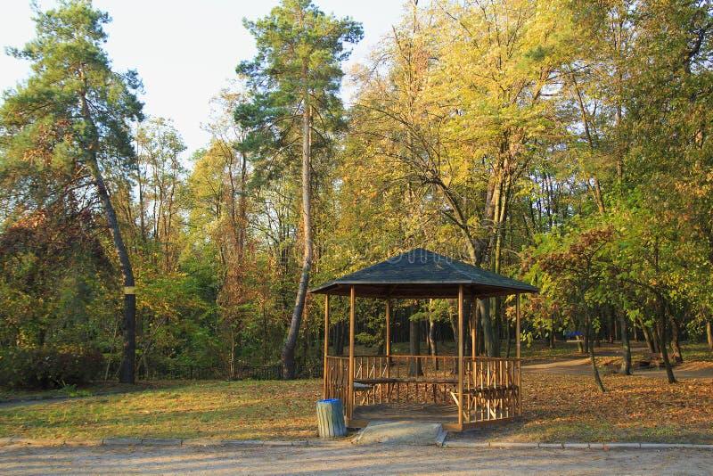 眺望台在秋天公园 秋叶结构树 图库摄影