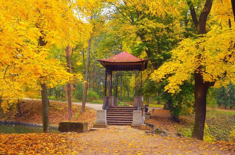眺望台在秋天公园 库存照片