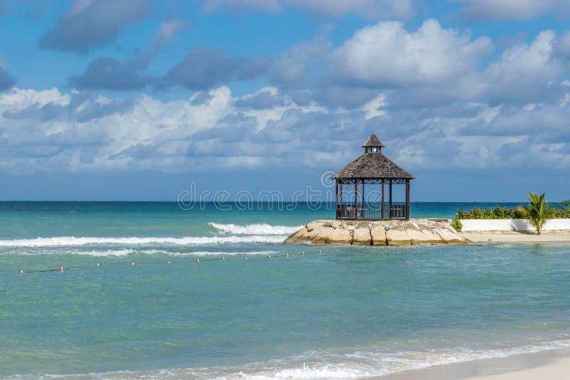 眺望台/小屋美丽的白色沙子加勒比岛海滩的 免版税库存照片