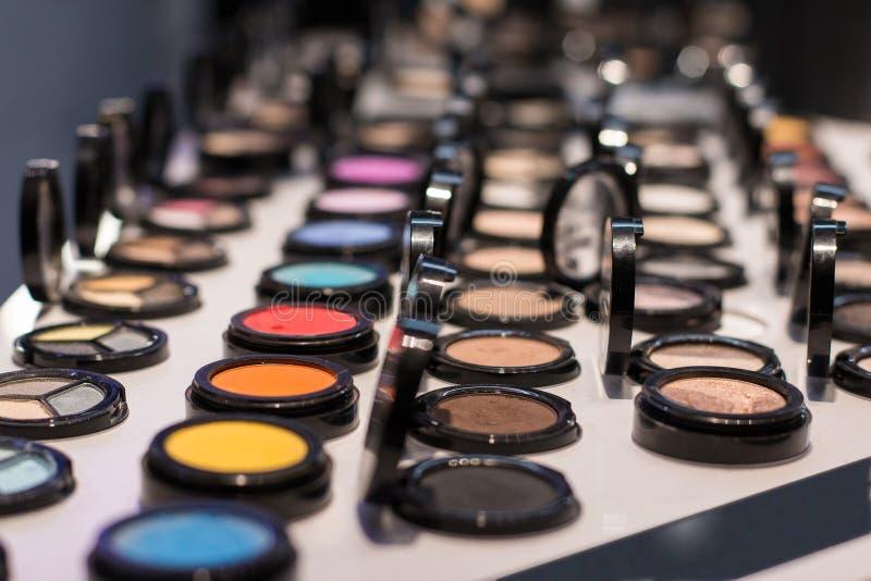 眼影不同颜色在商店窗口的在化妆商店 测试样品 o 免版税图库摄影