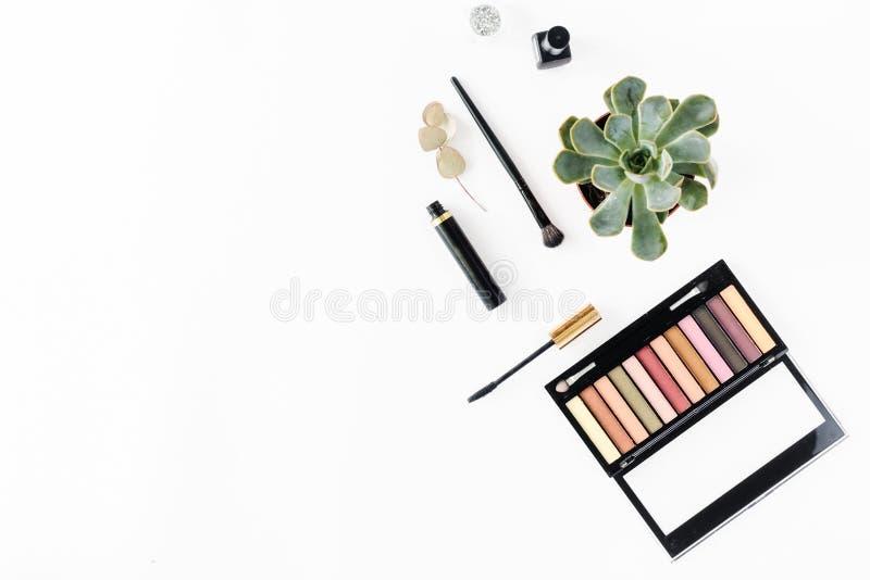 眼影,染睫毛油,指甲油,平的位置构成桌概念 免版税库存图片