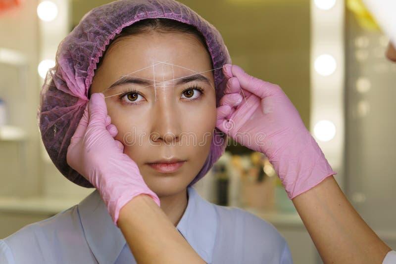 眼眉建筑学  Microbleeding眼眉测量 库存图片