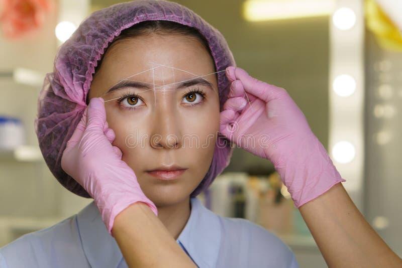 眼眉建筑学  Microbleeding眼眉测量 库存照片