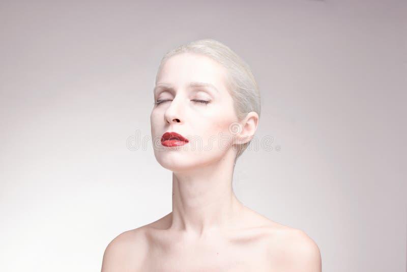 眼睛关闭了,一个少妇,画象,背景,红色唇膏 图库摄影